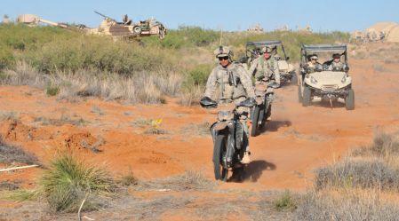 Pilnpiedziņas hibrīda motocikls militārpesonām