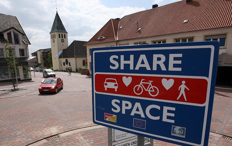 Vācijas pilsētiņas Bomte iedzīvotājiem zīmes un luksofori uz katra soļa nav nepieciešami: viņiem pietiek veselā saprāta un abpusējas cieņas. Protams, kustība – nav kā galvaspilsētā (lielajās pilsētās bez luksoforiem neiztikt, bet pats fakts. Kas būs pie aktīvas kustības? Kā rāda prakse, tad nekas traks (sk. zemāk).