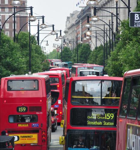 Tādu parādību var regulāri redzēt centrālās Londonas ielās. Un, ja šos visus autobusus aizstāt ar trolejbusiem, kvēpu būs mazāk.