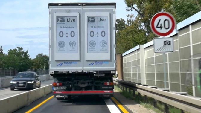 Autovadītājiem Vācijā jau ir bijusi iespēja novērtēt reklāmu uz kravas automobiļiem. Šajā reklāmā redzami vietējo futbola komandu spēļu rezultāti. Galvenais, lai futbola līdzjutēji pārāk uz tiem neaizskatītos, braucot ar 200 km/h ātrumu.